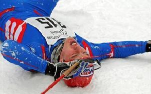 NORSKT RECEPT. Calle Halfvarsson gjorde som vi vant oss att se norrmännen göra, lade sig ned direkt efter målgång.