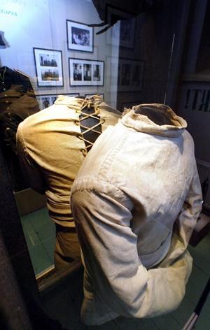 Tvångströjor hör till sevärdheterna på Sveriges Fängelsemuseum.