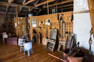 På den gamla skolans övervåning finns ett museum med över 700 olika föremål.