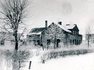Byggnaden Rörstrand en vinterdag på 1910-talet. Då inrymde huset fortfarande Örebro Kakelfabrik. Ur Sällskapet Gamla Örebros bildarkiv/Arkivcentrum Örebro län.