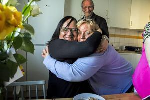 Maria kramar hejdå till Maritha Norman första kvällen i Hälsingland.