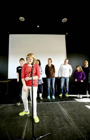 I Krumsprång får alla ta plats. Och om man inte har lust att stå på scenen så kan man kanske göra rekvisita eller dokumentera allt med en kamera. Här ser vi Elvira Bergstedt som är 11 år och går i skolan i Kall.