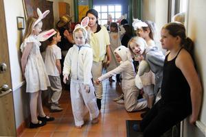 Barnen väntade i korridoren på att få komma in och göra sitt uppträdande.