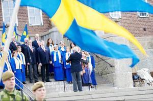 Anna Brandt och Rådhuskören framför Sveriges nationalsång.