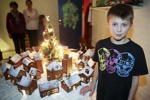 Det är roligt att bygga hus tycker Axel Björklund, 9 år, speciellt pepparkakshus. Dessutom kan man provsmaka på materialet under uppbyggnaden.