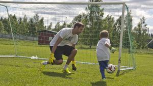 Andreas Isaksson fick försvara målet mot många energiska deltagare.