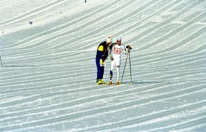 En bedrövad Niklas Jonsson tröstas efter hans genomklappning på den första sträckan i herrstafetten 1993.
