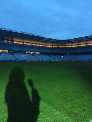 Tisdag, Swedbank Stadion: Lugnet före stormen, före Malmö FF–Atletico Madrid. Skuggan och jag väntar på spelare och publik.
