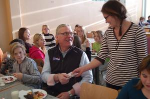 Varje dag betalar Kjell för maten han äter i kommunens anläggningar. Här tar Lena Andersson emot betalningen för skollunchen.