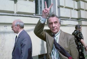 En av kuppmakarna var vice presidenten Gennadij Janajev. Han var så nervös under kuppförsöket att hans händer skakade som asplöv, men när han ställdes inför rätta i maj 1993 gjorde han segertecknet med en trotsig gest. Foto: Alexander Zemlianichenko/AP/TT