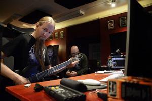 Marcus Edvardsson sjunger och spelar gitarr, vilken han här håller på att stämma för att det ska låta rätt på det kommande albumet.