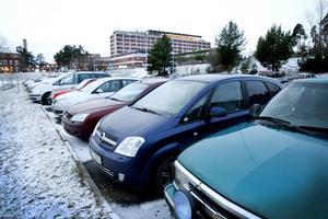 Antalet personalparkeringar ska minska för att patienter och besökare ska få fler p-platser.