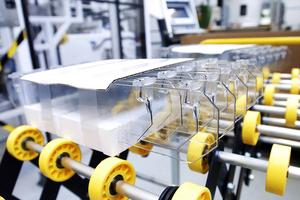 På HL Display tillverkas produkter för exponering av varor i butiker. En del av tillverkningen har nu flyttats till Polen.