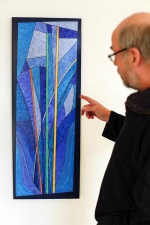 Det är inte så lätt att förstå vilket minutiöst hantverk som ligger bakom de collage som Jukka nyström visar på Härke.