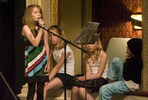 Michelle Lannehjelm sjunger solo inför ett fullsatt Hudiksvalls Teater.