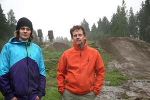 Alexander Bäckvall och Kenneth Einars från Alfta Bike Park. De har under två år varit med och byggt upp Sveriges största Slopestylebana.