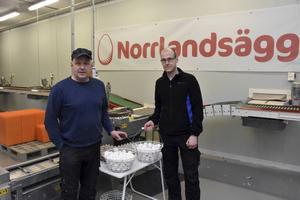 Peter Sellgren och Fredric Nylander driver ett hönseri i Banafjäl, norr om Örnsköldsvik. Totalt finns numer knappt fler än tio hönserier norr om Hälsingland.