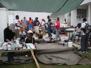 En provisorisk mottagning i Port-au-Prince.