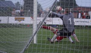 Filip Norgren slår in 3-2 i den 87:e minuten. Foto: Mikael Stenkvist