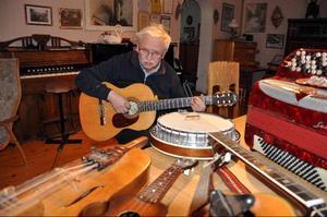 Instrument är knappast någon bristvara hos multiinstrumentalisten Bertil Westlund på Reva. På bilden ser vi honom tillsammans med ett urval.