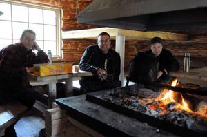 I rastkojan sprakar elden hela dagarna och kaffepannan är alltid en del av samvaron under utbildningen. Gustav Hermansson, Agne Hermansson och Fredrik Nordin värmer sig i höstkylan.
