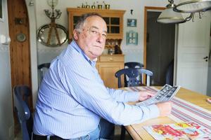 Jan-Eric Larsson med den 25 år gamla artikeln om Estonia, där han själv berättade om sina upplevelser i media.
