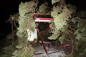 En busskur på Vasagatan i Falun blev totalförstörd av stormen Dagnys härjningar. Som tur var kom ingen person till skada.