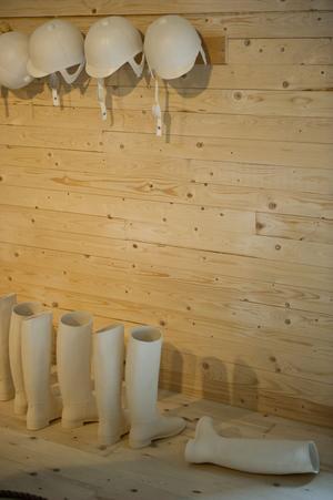 Hanne Mago Wiklunds installation i keramik handlar om hennes barndoms- och tonårsupplevelser av den stränga hierarkin bland tjejerna i stallet.