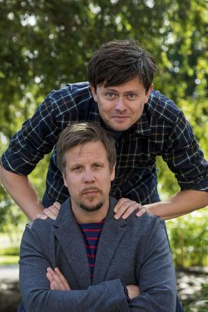 Fredrik Wikingsson och Filip Hammar gör trängda intervjuer.