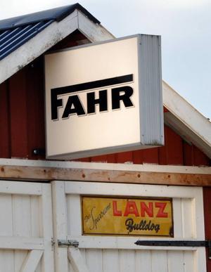 Fahr och Lanz, anrika tyska traktormärken, får vederbörlig reklam i Raftälven.