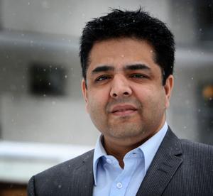 Shujaat Noormohamed vill inte kommentera om det är rimligt att det skrivs avtal där övertid får räknas om till kompledighet – trots att cheferna i kommunen har oreglerad arbetstid. Han bekräftar även att det tidigare har funnits liknande avtal.