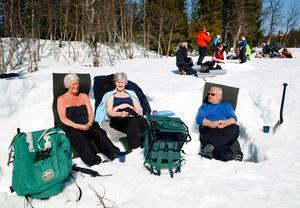 Vanja Östman, Brittmarie Andersson och Lars Östman hade sökt sig till Ullådalen för att lyssna på fågelkvitter och njuta av solen.– Vi hade ingen aning om att Skutskjutet var i dag, säger Vanja Östman.De var nöjda med att enbart få solsken.