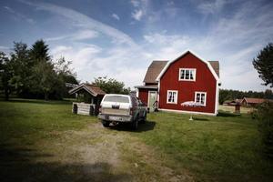 Kriminalteknikerna hade parkerat sitt fordon på gårdsplanen.