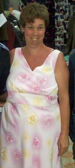 Bilden togs när Helen var i Thailand och då hon lät sy upp en klänning till sin brors bröllop i sommar. Nu fyller hon 40 år och får anledning att klä sig extra fin igen.