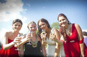 Hanna Ståhl, Camilla Vikström, Isabell Sundqvist och Lina Svenskas skålar i champagne.