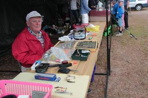 Ingemar Lantz säljer sina fina fiskedrag.