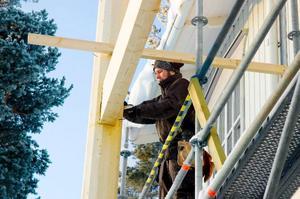 Ombyggnationen av Hotell Klövsjöfjäll pågår för fullt. Fyra lägenheter är redan färdiga och ytterligare fem ska stå klara för användning inför sportlovssäsongen som inleds om en månad.