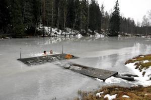 Duon tränar i Dräckedammen, där de hugger upp en isvak som de sedan hoppar i.