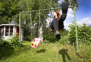 Barndomens trädgård. Amanda i gungan i Hemlingby där hon växte upp.