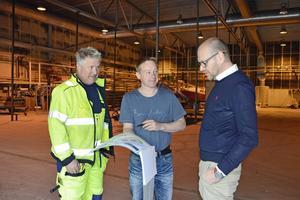 Den här stora industribyggnaden ska värmas med avloppsvatten. Janne Carlsson, Mittsverige Vatten, Jonas Sjölund, FVB, och Urban Simander, Skifu, studerar planerna.