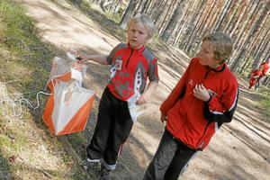 Storebror Martin (till höger) springer med när sexårige Filip Norrbom genomför en bana vid Silverjakten för två år sedan. Båda, som tävlar för Sala OK, deltar på påskafton. Foto: Niclas Bergwall