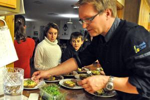 Ungdomarna fick lära sig hur man lagar en trerättersmeny. Tommy Kokkarinen gav dem sedan instruktioner inför serveringen.