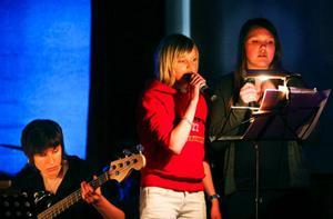 Elever på Hansåkerskolan spelar och sjunger själva.Musiken är tidigare kända sånger. En del av texterna har lärarna Per Claréus och Maria Renvall skrivit om.