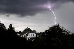 Det är inte så vanligt att en villa träffas direkt av blixten, däremot är det vanligt att det blir överspänning från närliggande blixtnedslag i ledningarna. Foto: Håkon Mosvold Larsen / TT