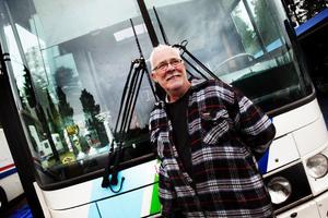 69-årige Hasse Andersson från Östergötland är på plats i Sundsvall för att hjälpa sonen Urban att bärga nya pokaler att pryda servicebussen med.
