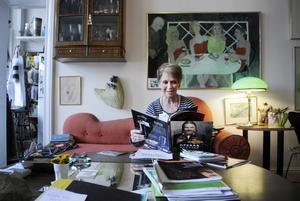 Gerd Engberg i sitt vardagsrum. Här läser hon Rickard Söderbergs bok