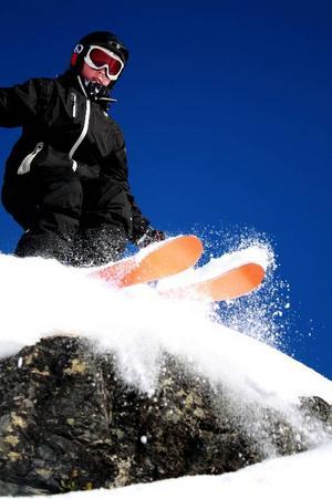 Emma Wagenius har tagit en härlig bild på sin lillebror Oscar när han åker skidor på Kröket i Tännäs. Fotografen har fångat en händelse i ett underifrånperspektiv där den blåa himmelen framhäver den vita pudriga snön. Bilden väcker nyfikenhet och vi undrar vad som händer efter fotoögonblicket - klarade lillebror hoppet?