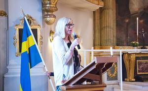 Rektor Kerstin Bergström Bylund håller avslutningstal på rim och önskar glad sommar. Hon beskriver skolan som en samlingsplats under året.