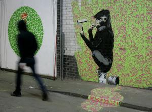En man går förbi en målning av gatukonstnären Banksy i London. Nyligen har ett annat verk av Banksy återfunnits på en ödetomt. Arkivbild.
