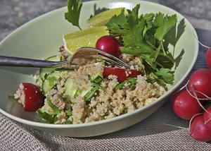 Tabbouleh är en kall, vegetarisk rätt som gärna hänger med ut på klipporna.